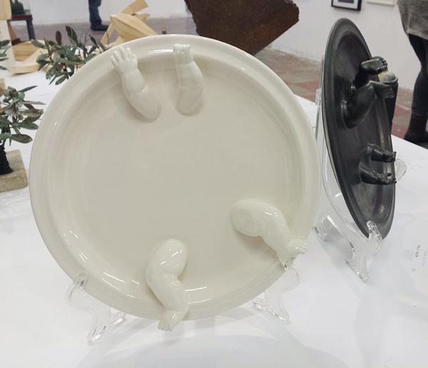 משמאל-צלחת לבנה- בתיה מלכא 2010. מימין -צלחת ברונזה -בתיה מלכא 2010