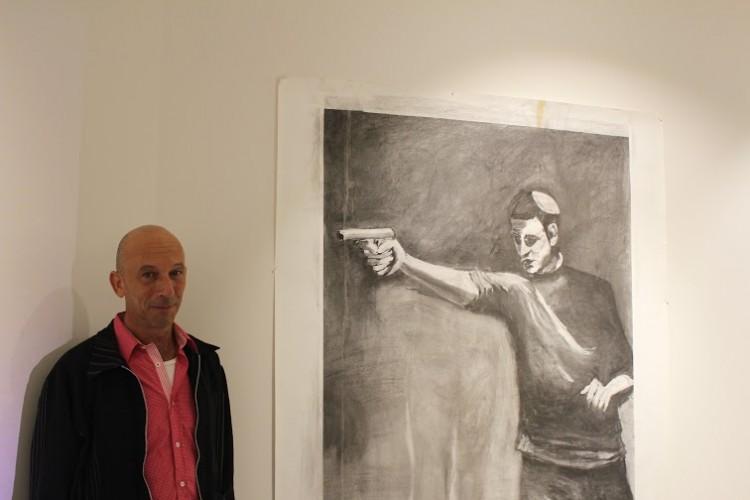 חנן שלונסקי ליד עבודתו. ציור בפחם ברור ורגשי, ספרנו שש אצבעות. צילום: יבגני ברקוב