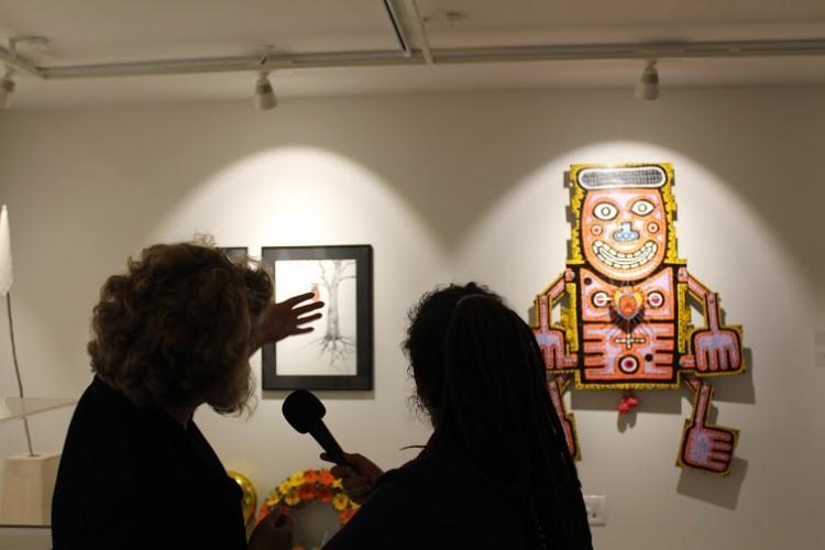 דנה אריאלי מסבירה על עבודתו של תמיר שפר. צילום: יבגני ברקוב