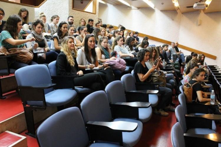 הסטונדטים מתכנסים באודיטוריום במכון ויצמן בפתיחה של הסיור