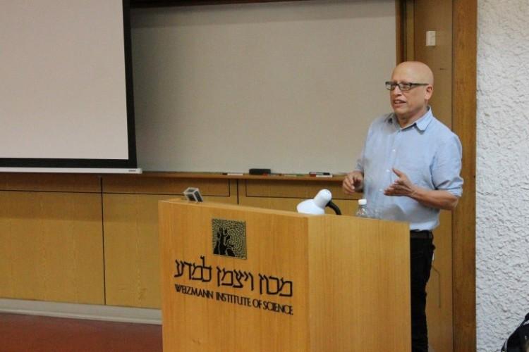 פרופסור עדי שטרן בהרצאתו במפגש הפתיחה של הסיור