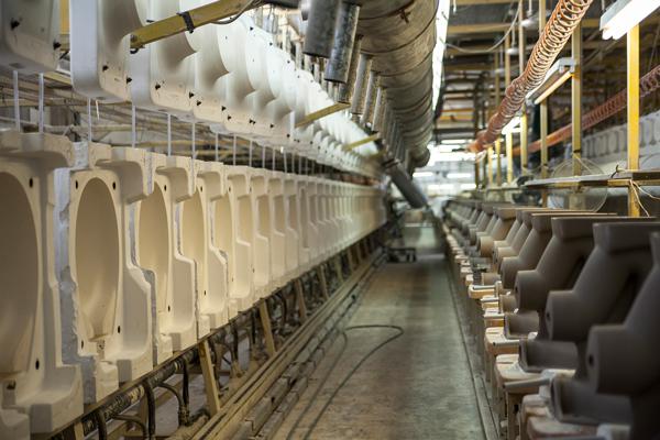 יציקות קרמיות ותבניות במפעל חרסה. צילום: שגיא שכטר