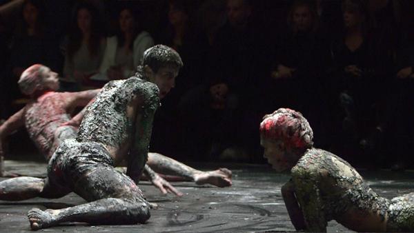 מתוך מופע המחול 'BODIES' של שרון וזנה בשיתוף האמן תומר ספיר. צילום: עידן גליקזליג
