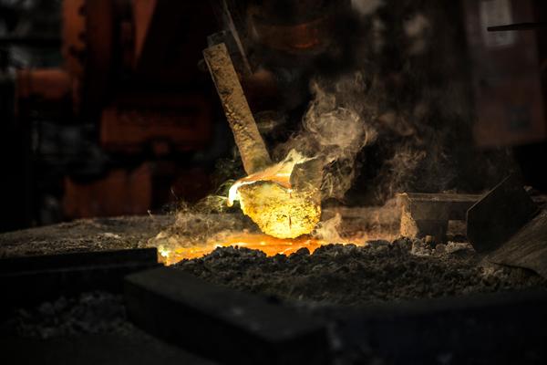 נגלת פליז נאספת על ידי זרוע רובוטית במפעל חמת. צילום: שגיא שכטר