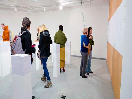 התערוכה מציגה גם את הפואמה של חזי לסקלי 'חורים וידיות' שנפרסה על גבי קיר שלם