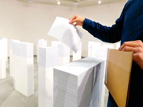 התערוכת 'שירת חפצים' המבקרים מוזמנים לגעת ולאסוף לעצמם כל מוצג שיחפצו בו.