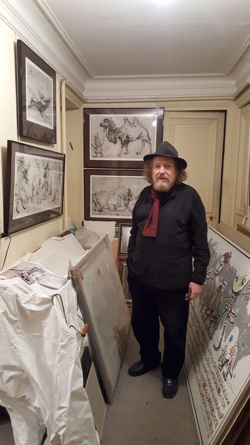 אמן התחריט הפריזאי מרדכי מורה, בדירתו. צילום: אילון ערמון
