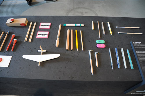 עפרונות בתערוכת POETRY. צילום: שי אלפיה