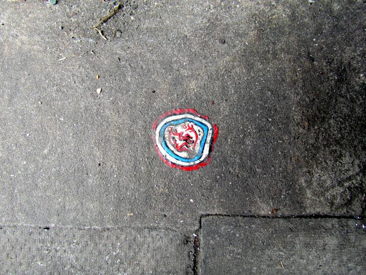 גרפיטי מיניאטורי על מסטיק, של Chewing Man. צילום: טלי קליפשטיין