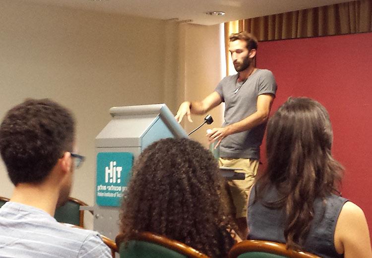 יהונתן קרוינקל מספר לסטודנטים של עיצוב תעשייתי שנה ד׳ על העבודה בחברת zipit