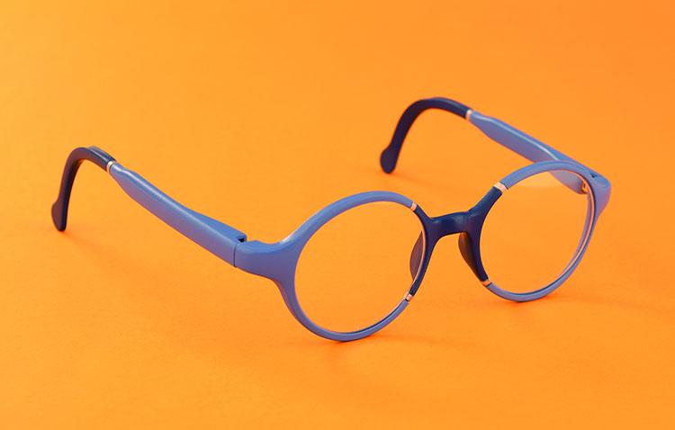 פרוייקט הגמר של נעם קולמן משקפיים בהתאמה אישית המשלבות טכנולוגיה של סריקה והדפסה תלת מימדית. צילום: איה בורשטיין