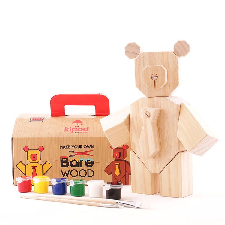 bare wood של אלכס חייקין, המאפשר לילד לבנות ולעצב את דובי הצעצוע שלו