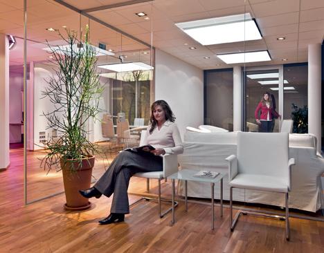סוגי תאורה שונים משולבים להארת חלל משרדי [3]
