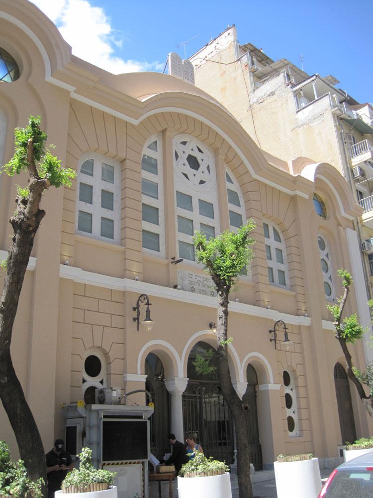 חזית בית הכנסת לאחר השיפוץ. לוחות הברית שוחזרו על הקשת הראשית של החזית לאחר שהתמוטטו ברידת אדמה בשנת 1978. צילום: אדר' ד