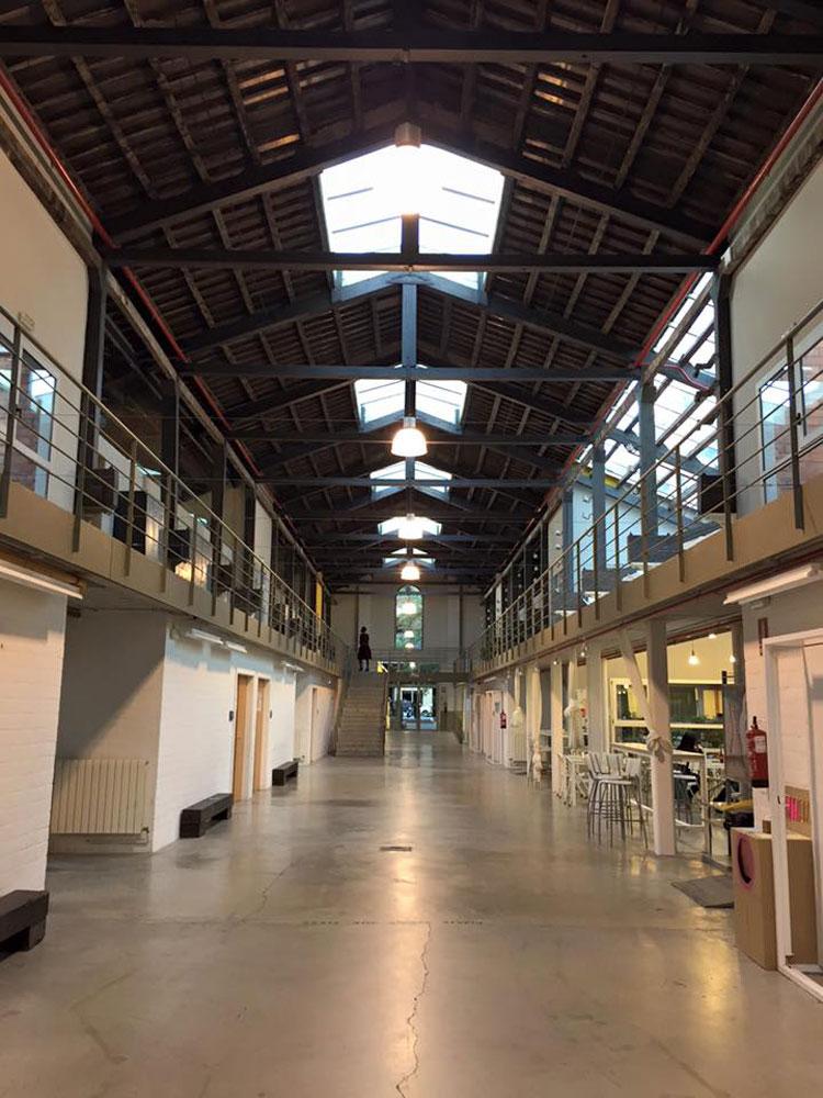 חלל שכיף ללמוד בו בית הספר BAU בברצלונה