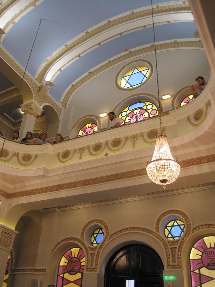 פנים בית הכנסת מבט אל עזרת נשים אחרי השיחזור. צילום: אדר' ד