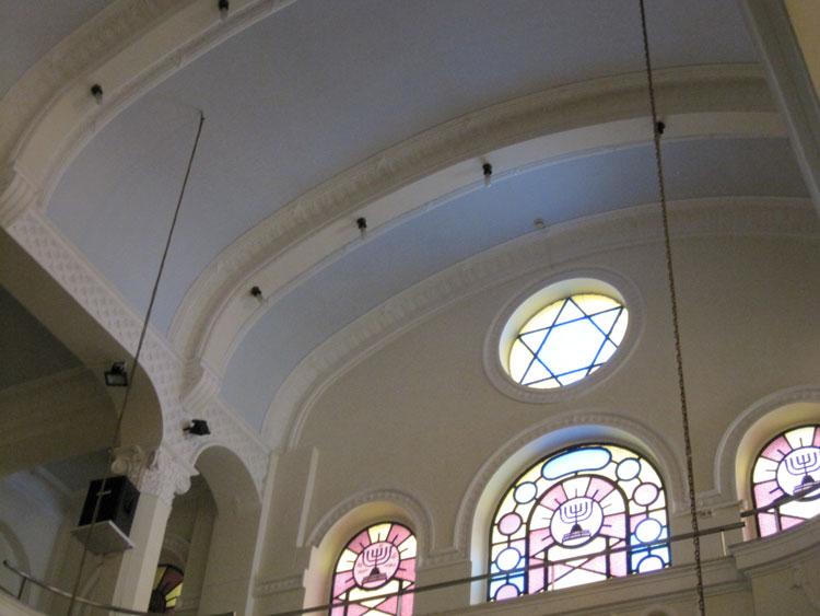 פנים בית הכנסת מבט אל עזרת נשים לפני השיחזור. צילום: אדר' ד