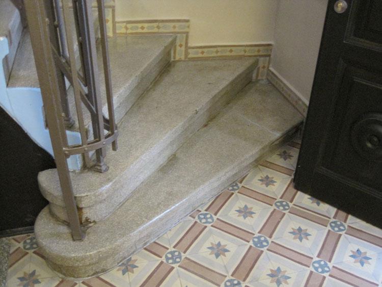 פרט המדרגות אל עזרת הנשים אחרי השיחזור. הרצפה והמדרגות היו מחופים ב-PVC שהוסר והאלמנטים המקוריים תוקנו ולוטשו. צילום: אדר' ד