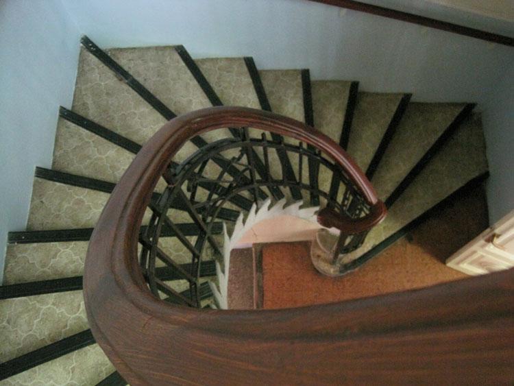 פרט המדרגות אל עזרת הנשים לפני השיחזור. הרצפה והמדרגות היו מחופים ב-PVC שהוסר והאלמנטים המקוריים תוקנו ולוטשו. צילום: אדר' ד