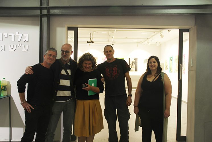 דוברי הערב בכניסה לגלריה ויטרינה