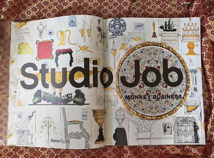 דף הפתיחה של הספר, מציג סקיצות של האובייקטים ונותן חוויית כניסה אל תוך הספר