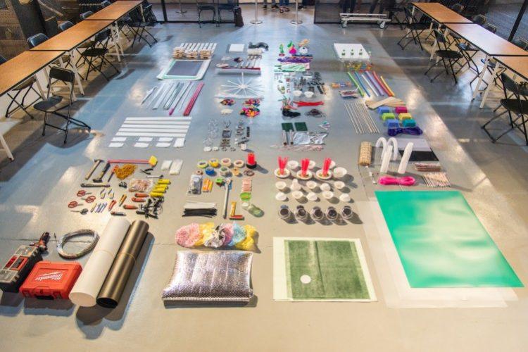 ההכנות לקראת הסדנה - כל חומרי הגלם מסודרים על הרצפה. צלם: Jason Yeh