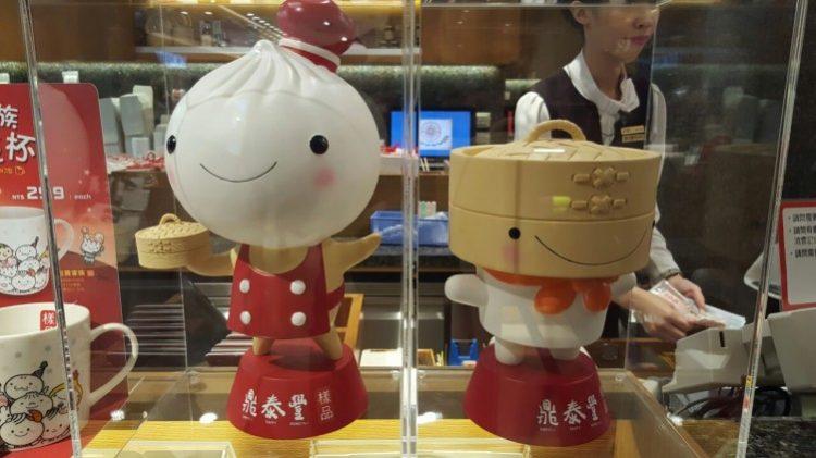 הכל חמוד ומחייך. בובות בדמות דמפלינג וכלי אידוי במסעדה מקומית. צילום: נעמה דמארי