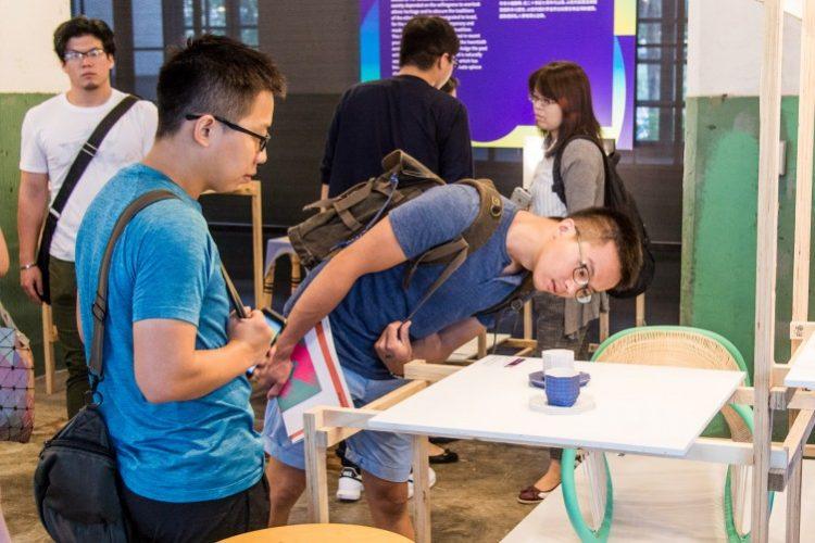 מגלים התעניינות. מבקרים בתערוכה. צילום: Jason Yeh