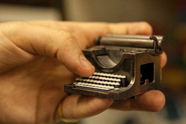 מודל מיניאטורי של מכונת כתיבה. צילום: שגיא שכטר
