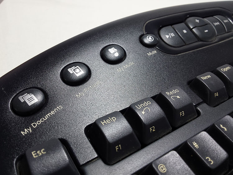 מקלדת אלחוטית של מייקרוסופט. סדרה של כפתורים ייעודיים הניתנים לתכנות. צילום: מולי יחבס.