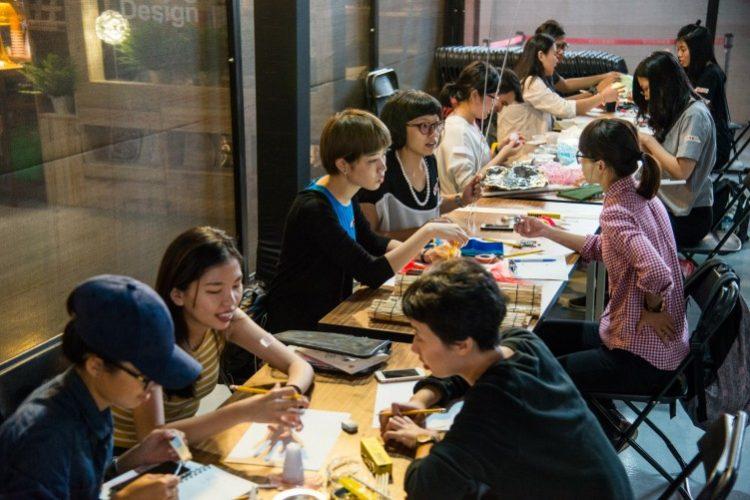 משתתפי הסדנה - סטודנטים לעיצוב מטאיוואן בשלב גיבוש הרעיונות. צלם: Jason Yeh