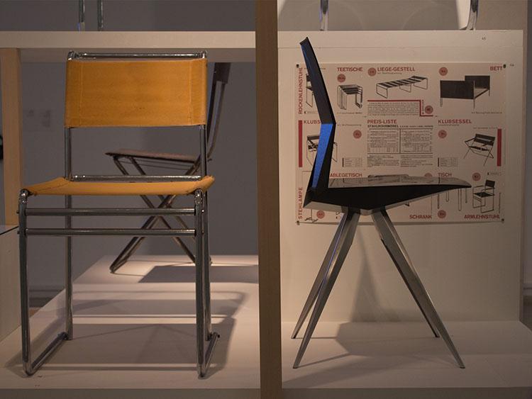 מתוך תערוכה באוהאוס במוזיאון תל אביב. משמאל לימין - מרסל ברוייר, 1926. קלמנס וייסהאר, ריד קראם, כיסא R18 Ultra 2012.
