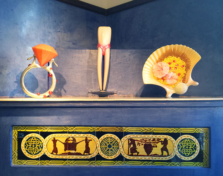 עבודות של אלי גור אריה מעל אח מעוטר באריחי קרמיקת בצלאל. מפגש מרתק בין אמנות עכשווית למבנה היסטורי. צילום: מולי יחבס