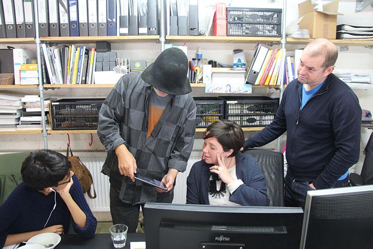 רון ארד ועובדיו בחלל הסטודיו.
