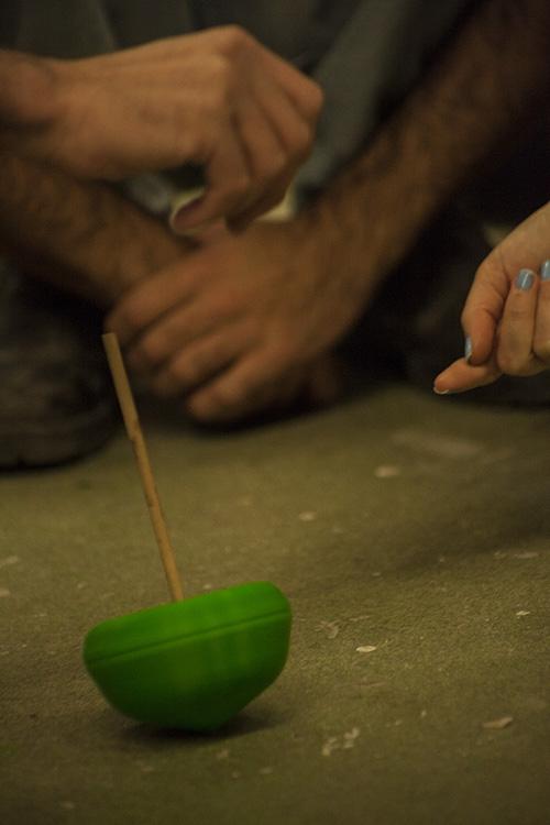 בפנים מתחבא חומר דו רכיבי שיוצר את מסת הסביבון. צילום: שגיא שכטר