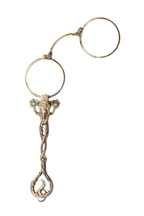 לורנייט. משקפיים עם ידית אחיזה, עשויי זהב וחוטים. מתוך האוסף של קלוד סמואל המכיל מעל לאלף פריטים. צילום: יח