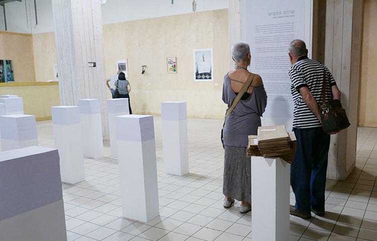 מבקרים בתערוכה בחיפה, שם הוצגה התערוכה לצד עבודות אמנות של יוצרים מקומיים. צילום: רז'יד