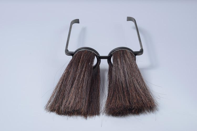 ספי חפץ, הציג משקפיים בעלי מסגרת חלולה שמאפשרת השחלת הרחבות לתוכן. צילום: שי בן אפרים