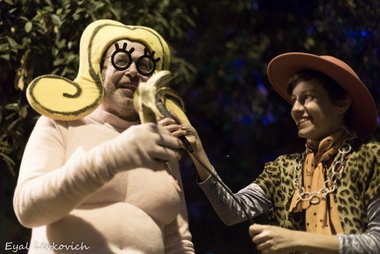 שושקה מחזיקה בפרס בננת הזהב של פסטיבל השרוטים 2016. צילום: אייל לבקוביץ
