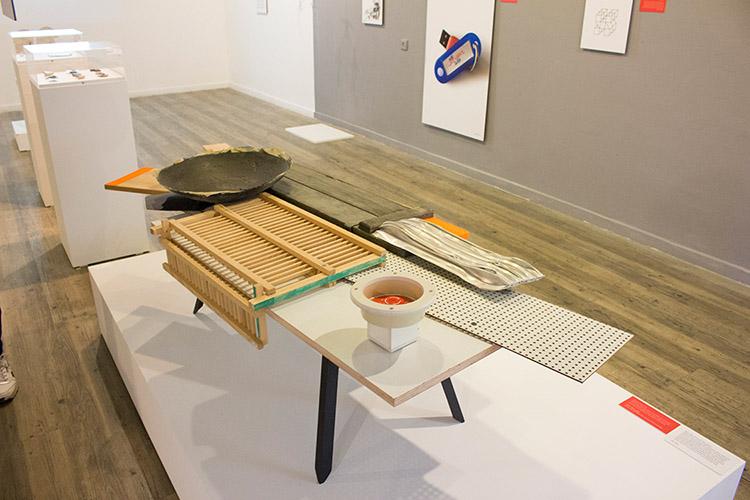 עזרי טרזי. אלומיניום, עץ מארגזי תחמושת וחלקים של מוצרים ביתיים. בהשראת כרזתו של ורדימון ׳370 מעלות בצל׳