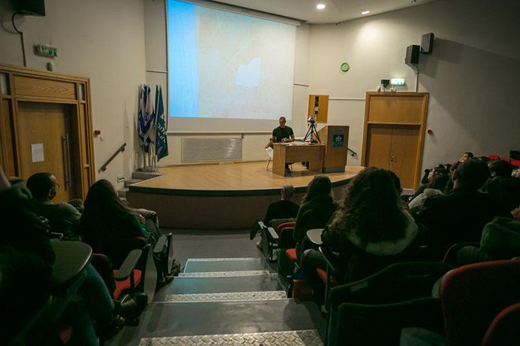 פול אנטוניו בהרצאה