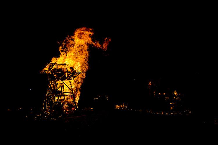 תיעוד מRiverLights - אירוע שריפת פסלי אש