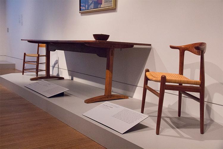 כיסא צד, ניו יורק, 1840-60, עץ מייפל. שולחן אוכל מסצ'וסטס 1800-25 עץ אורן, מייפל וטילייה