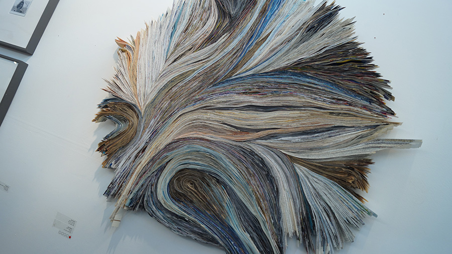 כרמל אילן, ״סטרליזציה״, קיפולי נייר על דיקט. צילום: אריאלה מרטינז