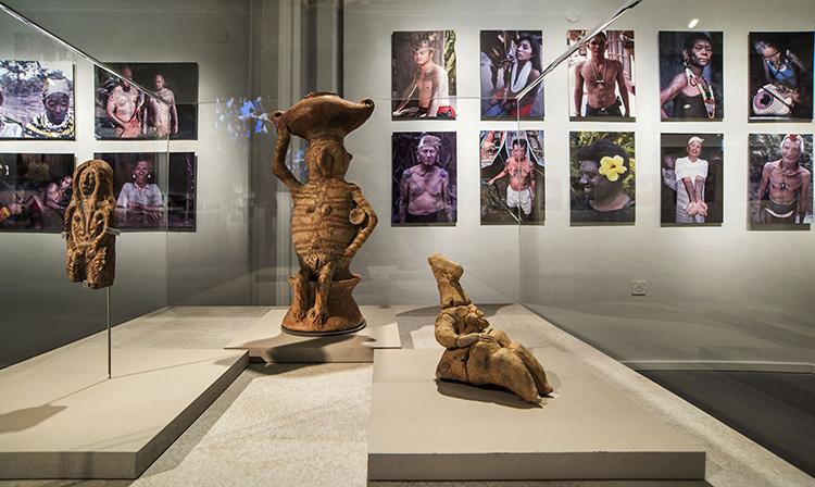 פסלוני עץ וחרס. צילום: ליאוניד פדרול.