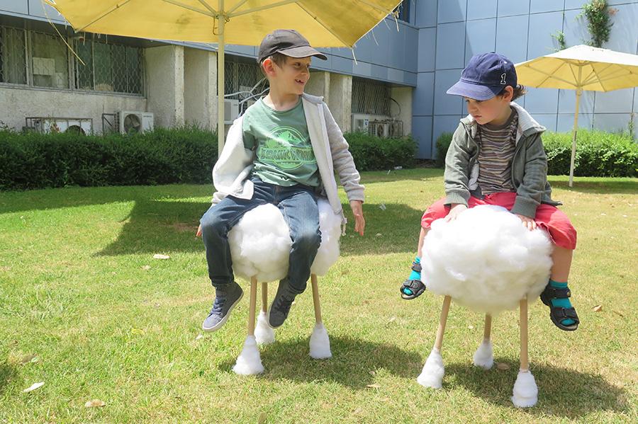 ילדיו של דניאל למקוס חונכים את כיסאות קיסמי אוזניים. צילום: אשריאן מירב