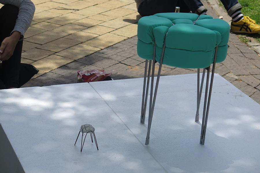 כיסא פלסטלינה והמודל. צילום: אשריאן מירב