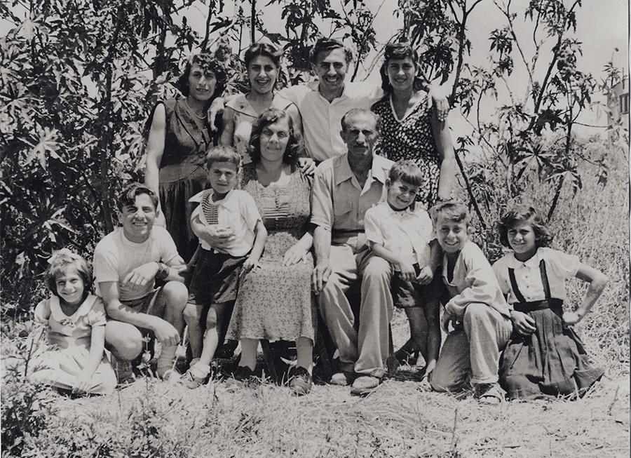 משפחת פרג׳ במעברה. צילום: משפחת פרג׳