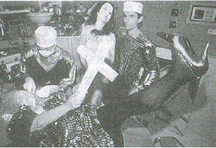 סריקה מתוך הספר_ הדי גינת אורלן בתצלום מתוך מיצג ניתוח מס 4, 1990