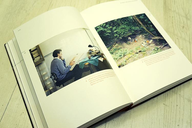 צילום של ג'ף וול, מתאר מדען מתבונן ביד של מומיה ומצייר אותה.